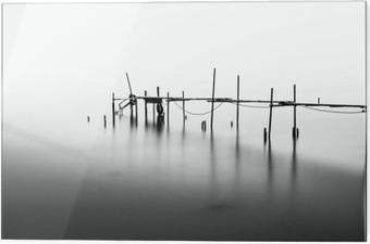 Tableau en verre Une exposition à long d'un quai en ruines dans le milieu de la Sea.Processed en B