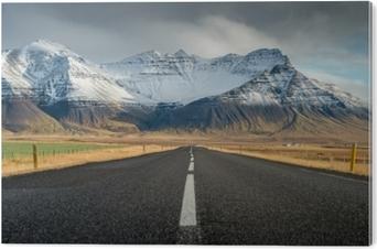 Tableau PVC Perspective route avec neige chaîne de montagnes arrière-plan en temps nuageux automne saison islande
