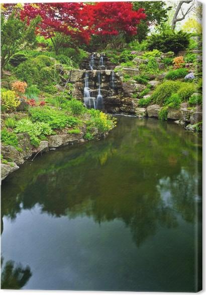 Tableau sur toile Cascade et un étang dans le jardin japonais ...