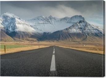 Tableau sur toile Perspective route avec neige chaîne de montagnes arrière-plan en temps nuageux automne saison islande
