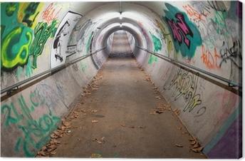 Tableau sur toile Un tunnel piétonnier à long recouvert de graffitis et de lumières au néon