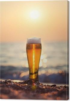 Tableau sur toile Verre de bière sur un coucher de soleil