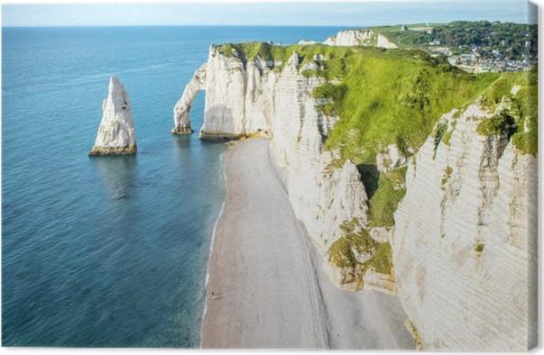 Tableau sur toile Vue du paysage sur la célèbre côte rocheuse près de la ville d'Etretat en France au cours de la journée ensoleillée -