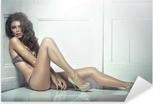 Kaunis houkutteleva nuori nainen seksikkäissä alusvaatteissa Pixerstick tarra