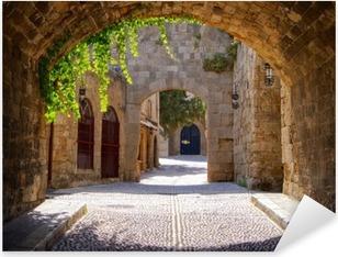 Keskiaikainen kaareva katu vanhassa kaupungissa rhodes, kreikka Pixerstick Tarra