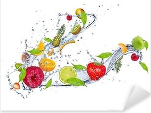 Sekoitus hedelmiä vettä roiskia, eristetty valkoisella pohjalla Pixerstick tarra