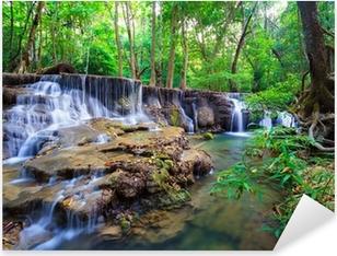 Syvä metsän vesiputous kanchanaburi, thaimaa Pixerstick tarra