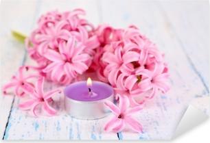 Vaaleanpunainen hyasintti kynttilällä puisella pohjalla Pixerstick tarra
