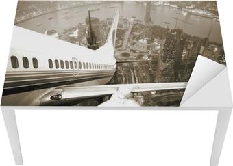 Tischaufkleber und Schreibtischaufkleber Flugzeugstart über der Stadt
