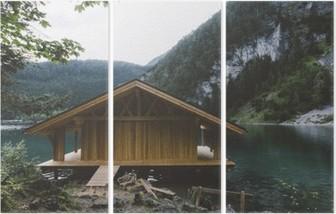 Tríptico Casa de madeira no lago com montanhas e árvores