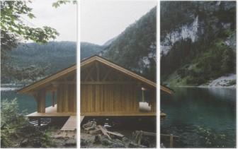 Tríptico Casa de madera en el lago con las montañas y los árboles
