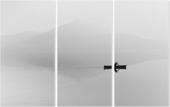 Tríptico Niebla sobre el lago. Silueta de montañas en el fondo. El hombre flota en un barco con una paleta. En blanco y negro