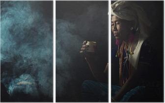 Triptych Stamme kvinner er luktende dufter aromatisk kaffe. Hun plantet seg selv