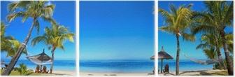 Triptych Tropické pláže panorama s lehátky a slunečníky