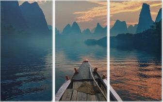 Triptyque Un bateau à cheval dans une rivière au coucher du soleil à côté d'une belle monture