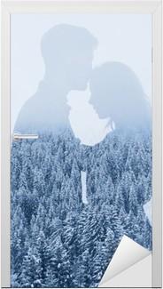 Türaufkleber Im Winter lieben, Silhouette Paar auf Wald-Hintergrund, Doppelbelichtung