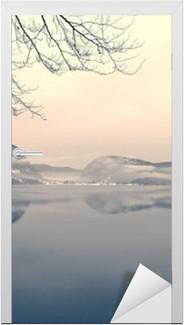 Türaufkleber Verschneite Winterlandschaft auf dem See in schwarz und weiß. Monochrome Bild im Retro-Vintage-Stil mit Soft-Fokus, roter Filter und etwas Lärm gefiltert; nostalgischen Konzept des Winters. Lake Bohinj, Slowenien.