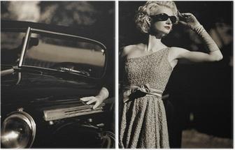 Tweeluik Vrouw dichtbij een retro auto buiten