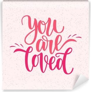 Käsin kirjoitettu olet rakastettu lause. vektori kortti valentine s päivä, 14 helmikuu. vektori kuva eristetty vaaleanpunainen. harjoituslaatikoiden suunnittelu, valmis painamiseen pyhän valentinin päiväksi Vinyyli valokuvatapetti