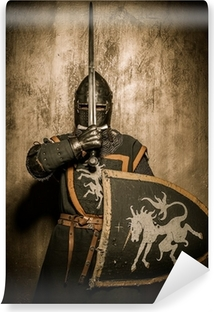 Keskiaikainen ritari pitää miekkaa edessä hänen kasvonsa Vinyyli valokuvatapetti