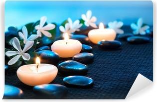 Kynttilät ja mustat kivet mustalla matolla Vinyyli valokuvatapetti