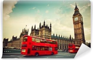 Lontoo, uk. punainen bussi liikkeessä ja iso ben Vinyyli valokuvatapetti