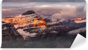 Vaskbar fototapet Fjellutsikt soloppgang med fargerike topper, steinete fjell