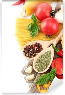 Pastaspaghetti, grøntsager og krydderier, isoleret på hvidt Vaskbare fototapet
