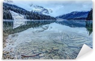 Refleksioner på et stenigt bjergsøen første snefald Vaskbare Fototapet