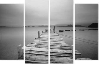 Vierluik Kijkt uit over een pier en boten, zwart en wit