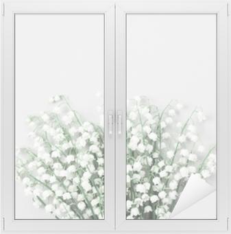 Vindu- og glassklistremerke Vakker bukett med blomster lilje i dalen på pastellbordet ovenfra. minimal komposisjon og flat lay stil.