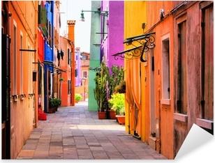 Vinilo Pixerstick Calle colorida en Burano, cerca de Venecia, Italia