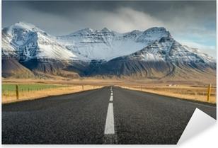 Vinilo Pixerstick Carretera de perspectiva con el fondo de la cordillera de nieve en el día nublado temporada de otoño de islandia