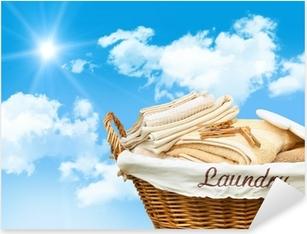 Vinilo Pixerstick Cesta de lavadero con las toallas