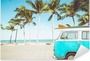 Vinilo Pixerstick Coche de época estacionado en la playa tropical (playa) con una tabla de surf en el techo - viaje de placer en el verano. efecto de color retro