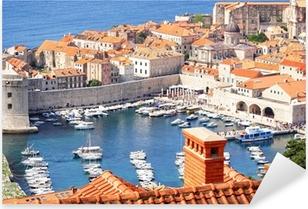 Vinilo Pixerstick El casco antiguo de Dubrovnik y el puerto deportivo