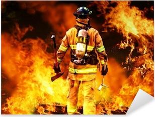 Vinilo Pixerstick En el fuego, un bombero de búsquedas de posibles supervivientes