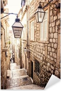 Vinilo Pixerstick Escaleras empinadas y estrecha calle en el casco antiguo de Dubrovnik