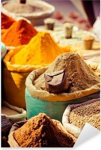 Vinilo Pixerstick Especias tradicionales y frutas secas en bazar local en la India.