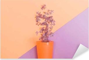 Vinilo Pixerstick Flat lay set: flores lilas vertidas de un vaso sobre fondo pastel. Vista superior.