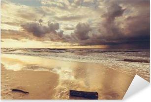 Vinilo Pixerstick Hermosa puesta de sol con nubes sobre el mar y la playa