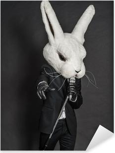 Vinilo Pixerstick Hombre de la máscara de conejo. traje negro canta en el fondo oscuro