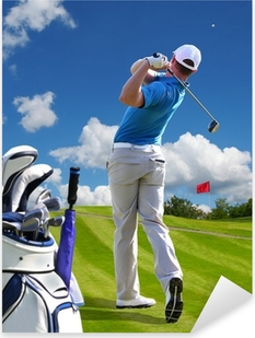 Vinilo Pixerstick Hombre jugando al golf contra el cielo azul con bolsa de golf
