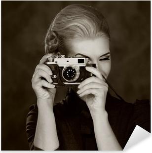 Vinilo Pixerstick Mujer en vestido clásico con cámara retro.