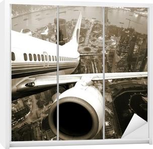 Vinilo para Armario El avión despegará de la noche de la ciudad.