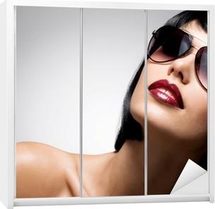 ae9af0d0c3 Vinilo para Armario Hermosa mujer morena con el peinado de tiro con gafas  de sol rojas