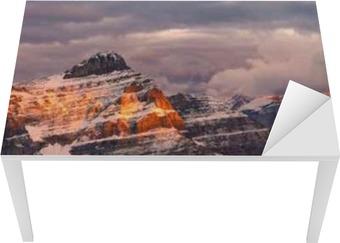 Vinilo Pixerstick Montaña salida del sol vista con picos coloridos ...