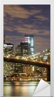 Vinilo para Puerta Puente de Brooklyn y los rascacielos del centro de Nueva York en la oscuridad