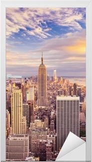 Vinilo para Puerta Vista del atardecer de la ciudad de Nueva York con vistas a Manhattan