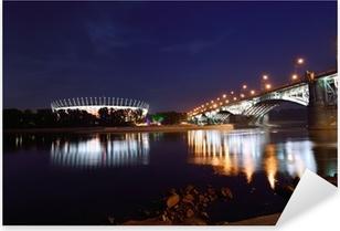 Vinilo Pixerstick Puente Poniatowski y estadio nacional en Varsovia por la noche.